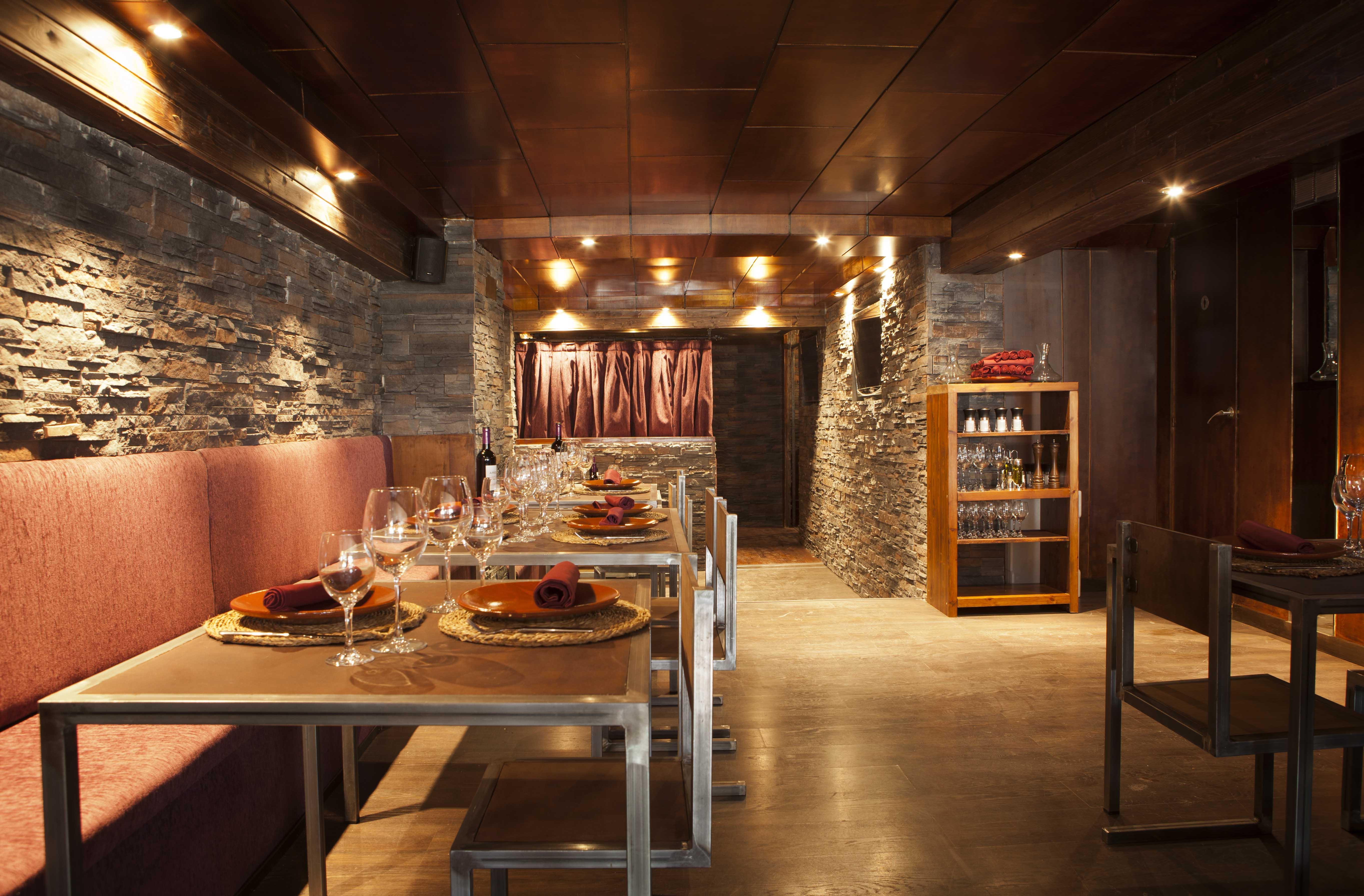 El coso de las brasas carne preparada en la propia mesa for Ideas para bares rusticos