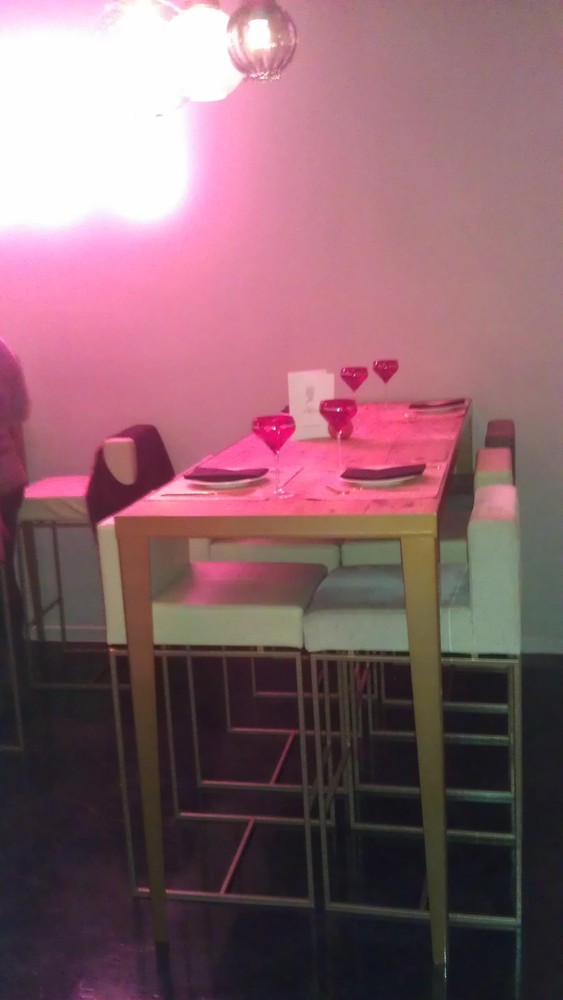 Rira y Champgane restaurante zona mesas altas te veo en madrid