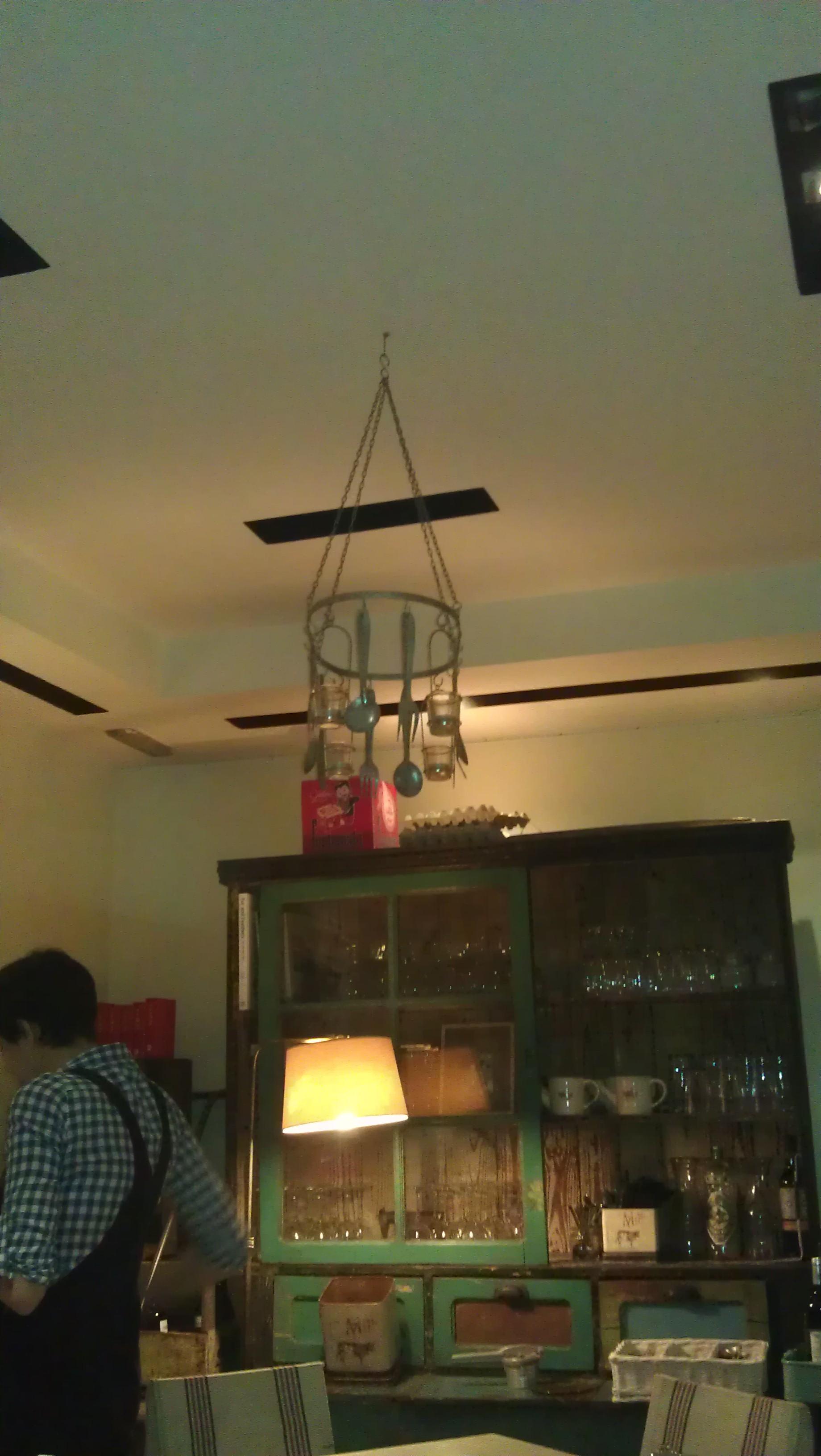 Restaurante La Granja Rural food lampara con cucharas te veo en madrid