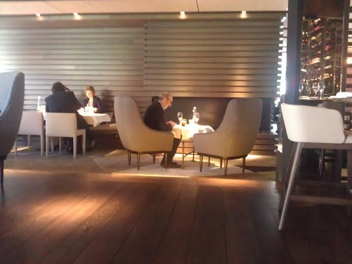Restaurante the hall mesa frente chimenea Te Veo en Madrid