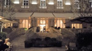 jardin-hotel-mandarin-oriental-ritz-escalera-te-veo-en-madrid-scaled.jpg