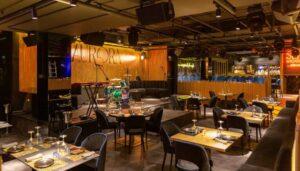 aurora-restaurante-sala-mesas-cuadradas-te-veo-en-madrid.jpg